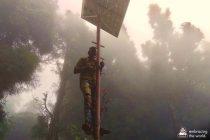 Ein Techniker montiert eine der Erkennungseinheiten im Chandmari-Bezirk.