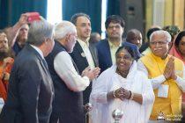 Amma mit Narendra Modi und dem UNO Generalsekretär